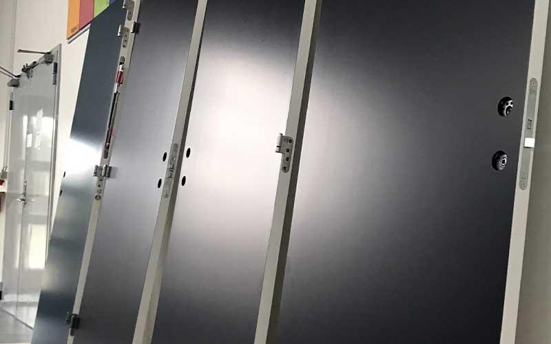 Sprøjtemaling maling af døre og vinduer